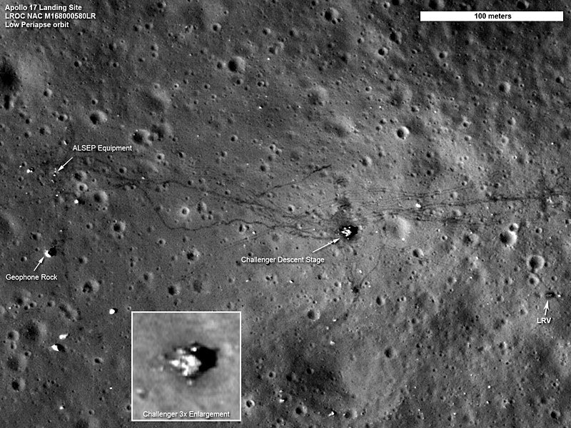 Место посадки экспедиции «Аполлон-17». На снимках видны: спускаемый модуль, исследовательское оборудование ALSEP, следы колёс автомобиля и цепочки следов астронавтов[109]. Снимок КА LRO, 4 сентября 2011 года