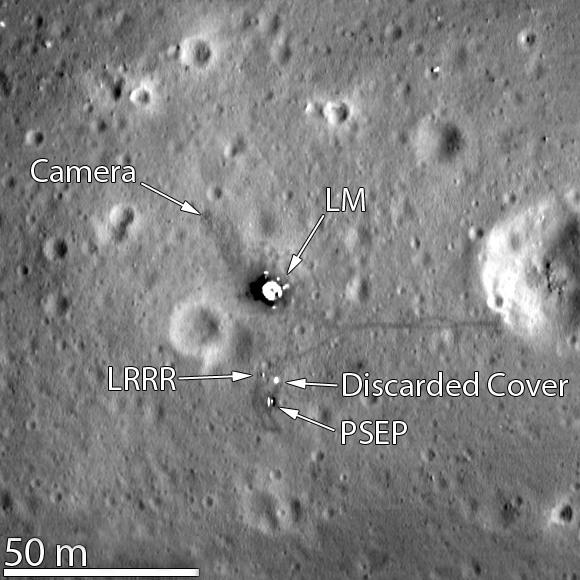 Место посадки экспедиции «Аполлон-11». Остатки исторических первых шагов Армстронга и Олдрина на поверхности видны как темные тропы вокруг Лунного модуля