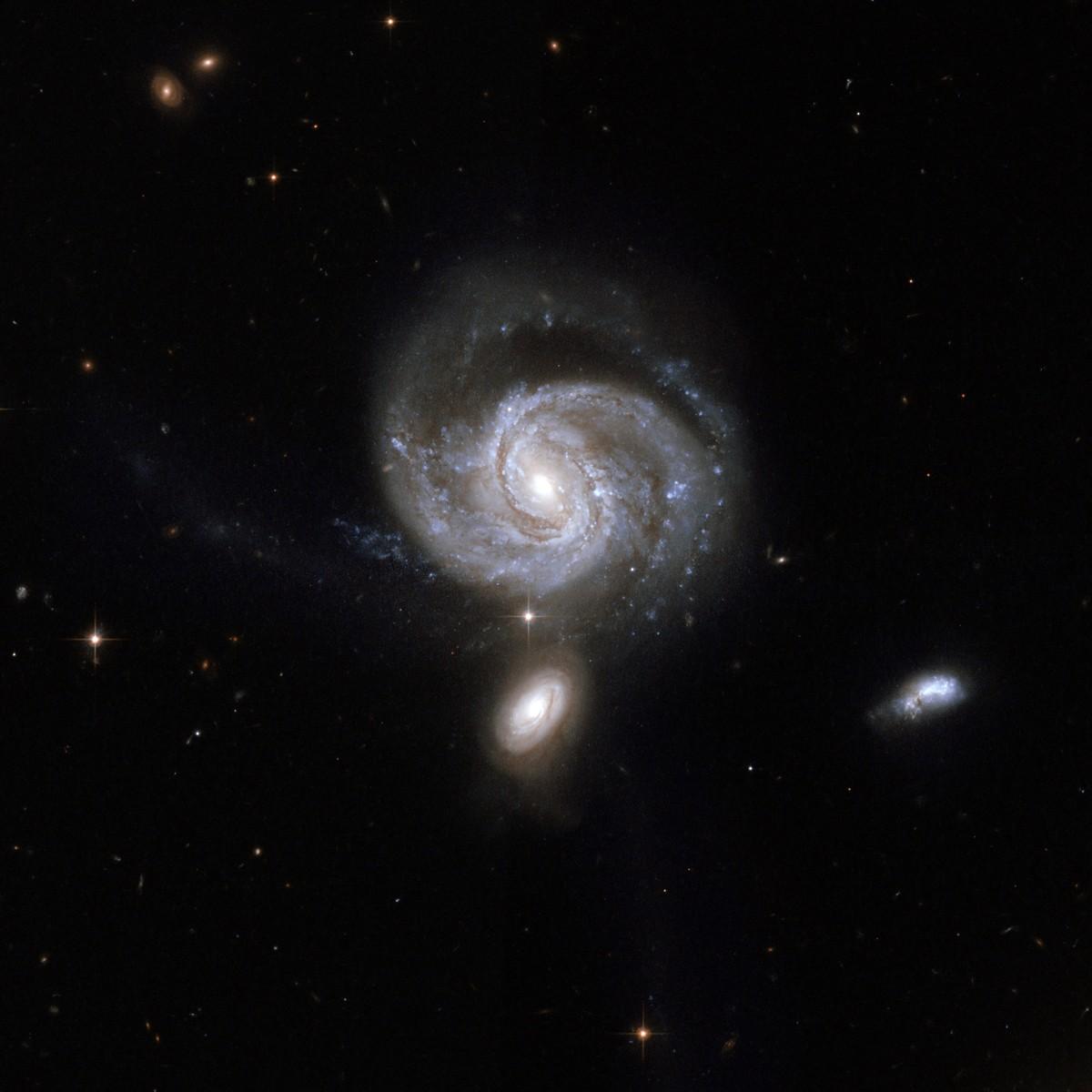 NGC 7674 (видимая чуть выше центра), также известная как Markarian 533, является самым ярким и крупным членом так называемой компактной группы галактик Хиксона 96, состоящей из четырех галактик.