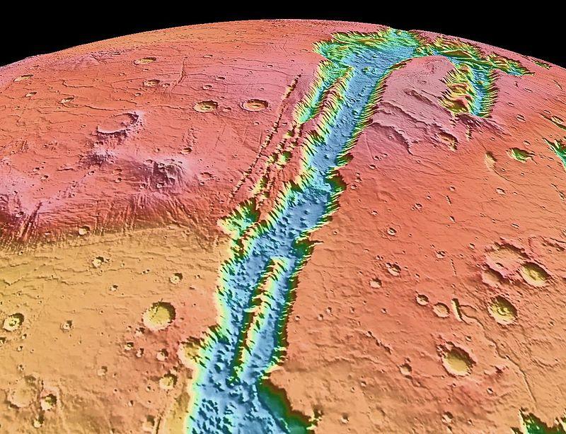 Карта высот долин Маринер. Построена по альтиметрическим данным, полученным лазерным высотомером MOLA, который установлен на спутнике Марса «Mars Global Surveyor». Видны: каньон Копрат, каньон Мелас вверху снимка, каньон Кандор в верхней правой области кадра и часть каньона Капри — в нижней области изображения.